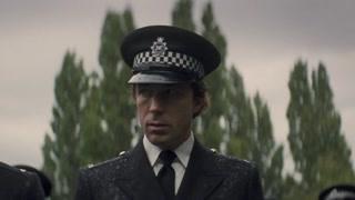 巴里·怀斯穿着警服偷偷来到了葬礼现场 他想杀死布伦特能否得逞