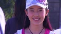小龙女刘亦菲在小区遛狗散步引围观,路人抢着要签名