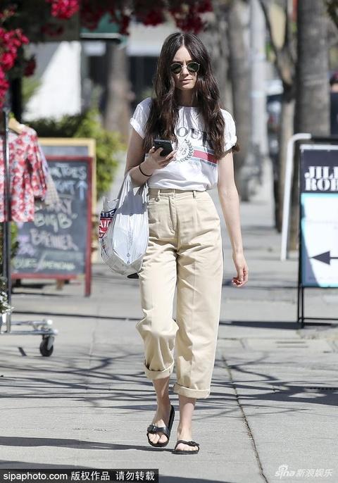 组图:女星马洛里·詹森黑超遮面现身购物 休闲搭配显修长身材