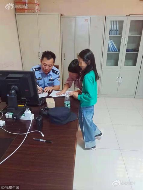 兩10歲女孩結伴出游 警察叔叔陪寫作業
