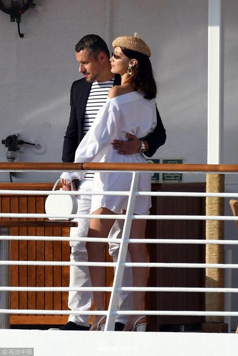 组图:贝拉·哈迪德游艇度假 穿小白裙似名媛淑女戴个性小圆帽