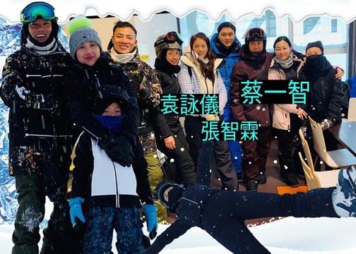 组图:杨千嬅一家三口日本滑雪 偶遇张智霖袁咏仪等开心合照