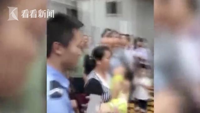 女童从3楼窗户坠落 三人冲上前徒手接孩子