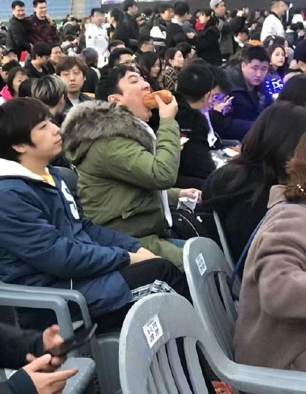 組圖:王思聰圍觀S8總決賽自舉應援牌 大口吞面包超豪放