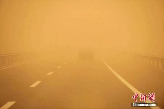 新疆鄯善出現沙塵暴天氣 能見度低學校放假