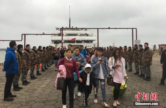 廣西北海游輪擱淺10多個小時后 700多名旅客終上岸