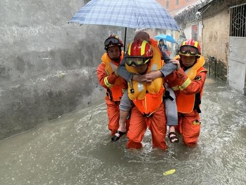 广州暴雨天气致多人被困 消防成功转移52名群众
