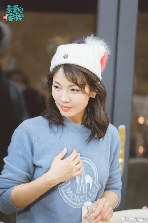 组图:刘涛小鹿妆容俏皮可爱 白色针织帽配蓝色毛衣减龄又时尚