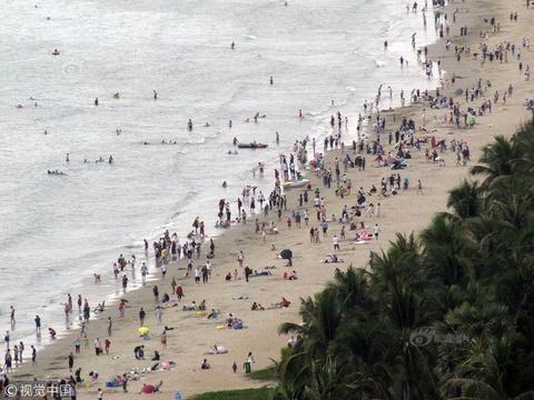海南三亚湾景区迎来春节客流高峰
