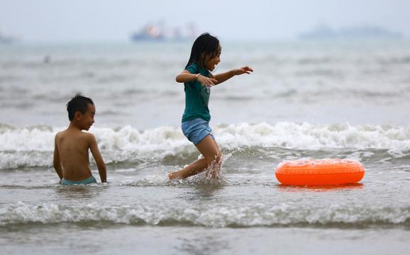 海南三亚:最高温飙升至41摄氏度 人们戏水享清凉