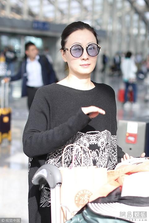 陶虹國慶帶女兒度假歸來 梳丸子頭對鏡揮手