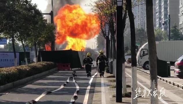 燃气管道被挖断起火 市区15个小区停气