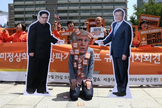 """韩国民众戴""""特朗普""""面具 抗议朝美会谈取消"""