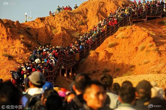 國慶期間眾多游客赴張掖游丹霞