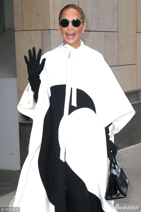 """组图:詹妮弗·洛佩兹玩起时尚秀 hold黑白配外套变""""表情包"""""""