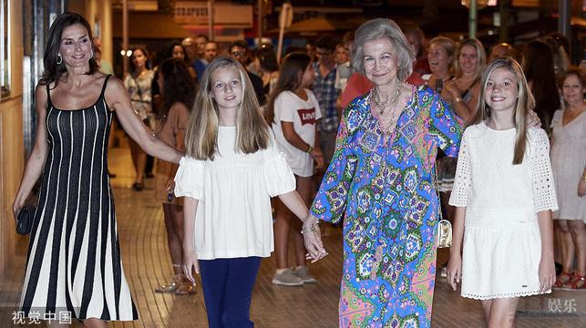 西班牙皇室外出度假 王后公主同框顏值超高