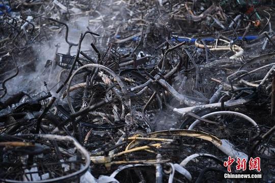 安徽合肥一共享单车堆放点发生火灾