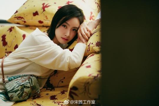 组图:宋茜穿白色连衣裙或坐或立 气质清纯甜美浅笑很温柔
