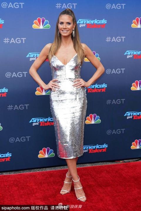 海蒂穿银色亮片裙红毯放飞自我