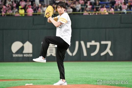 组图:铃?#26087;?#20043;出席棒球开球式 化身运动阳光少年