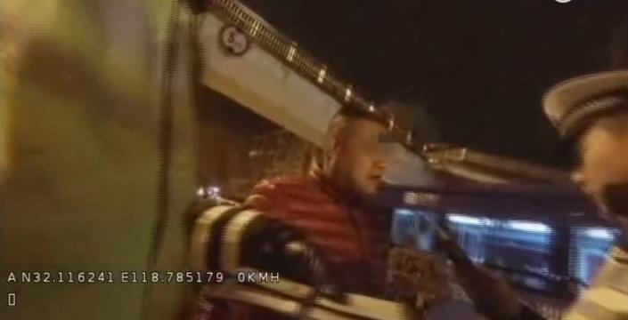 男子醉駕摩托被查處 自拍視頻認錯