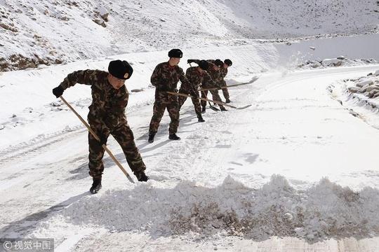 """新疆喀什:武警官兵浴""""雪""""奋战快速除雪保道路畅通"""