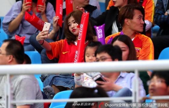 国足热身赛美女球迷看台抢镜