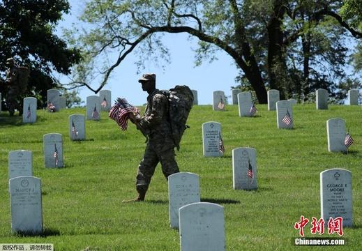 美国阵亡将士纪念日临近士兵向公墓插放国旗