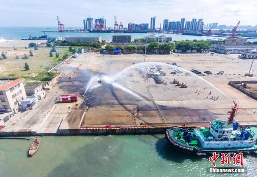 海口举行危险品泄漏船岸联合演练