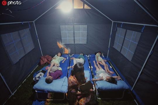 实拍四川宜宾6.0级地震双河中学安置点 灾民夜晚安然入睡,重回宁静!