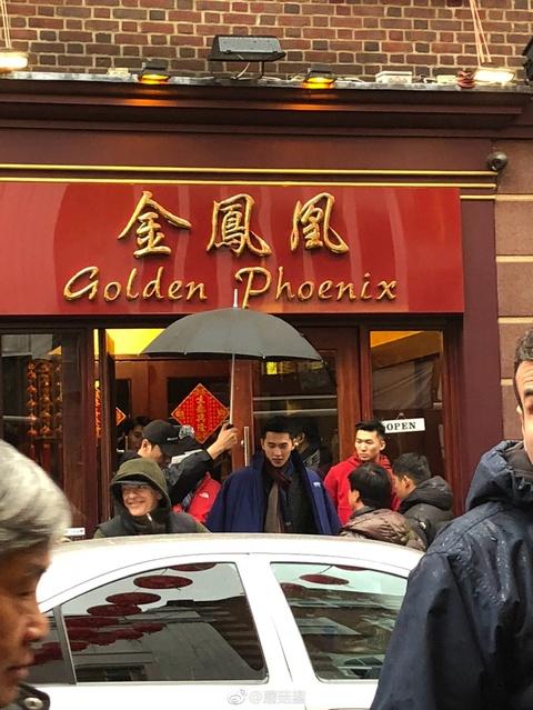 组图:春节也开工!网友伦敦唐人街偶遇杨洋雨中拍戏