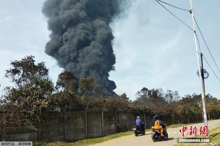 印尼一炼油厂爆炸燃起大火 滚滚黑烟腾空而起