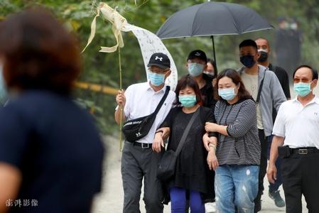 台湾列车脱轨事故:罹难者家属举行追悼会