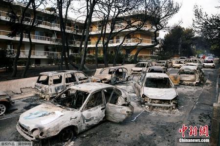 希腊发生森林大火 车房被焚毁满目焦黑