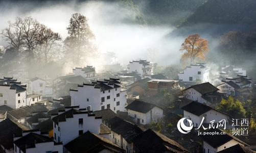江西婺源:山村炊烟缭绕 宛如仙境