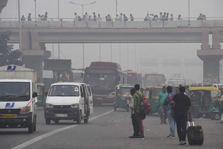 印度新德里严重空气污染 私家车实行单双号限行