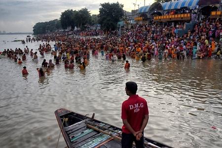 印度教信徒齐聚恒河 举行祈祷仪式致敬祖先