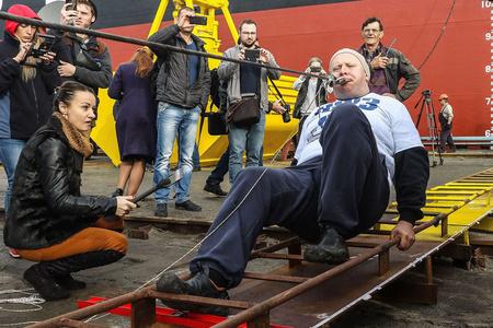 力量逆天 乌克兰男子破纪录用牙齿拖动614吨巨轮