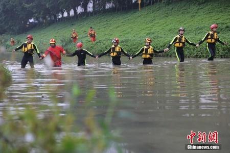 深圳暴雨引洪水多人失联 消防员手拉手搜救
