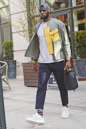 詹姆斯一身潮装现身纽约街头