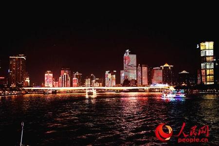 """夜游珠江 外国友人沉迷最美""""中国红"""""""