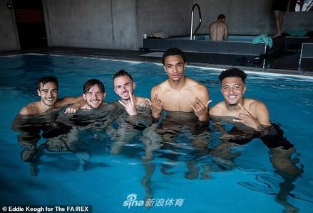 英格兰训练有奇招!泳池放松大法