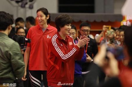 郎平携朱婷参加排球训练营活动 受球迷热捧