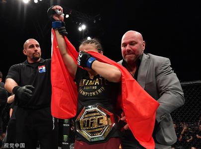 张伟丽成中国首位UFC冠军 身披国旗喜极而泣