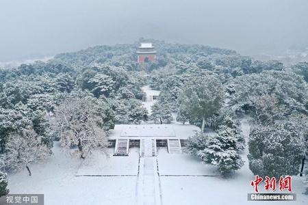 北京迎来今冬初雪 古建筑银装素裹分外娇娆
