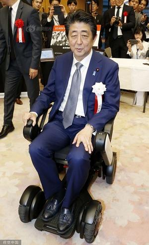 安倍晋三出席风投公司杰出项目表彰活动 大玩电动轮椅乐开花