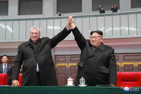 古巴新领导人首访朝 与金正恩共同观看大型团体操表演