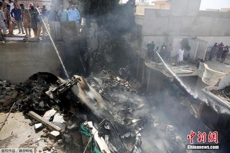 巴基斯坦载107人客机坠机 遍地残骸一片狼藉