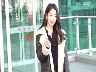 朴信惠低调现身仁川飞香港 挥手问候亲和力显