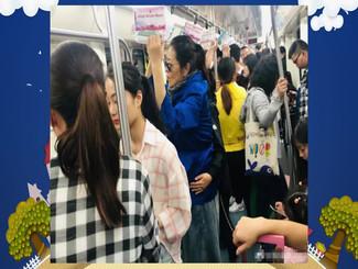 60岁倪萍长沙挤地铁无人让座 打扮低调丝毫认不出